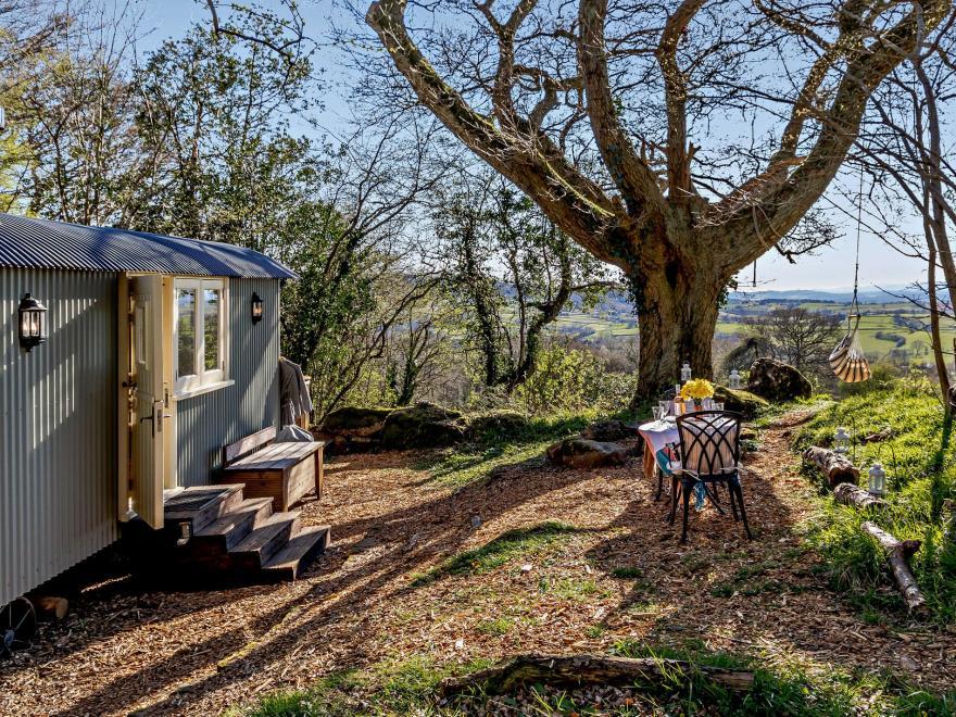Log Cabin near Monmouth (3.4mls NW)